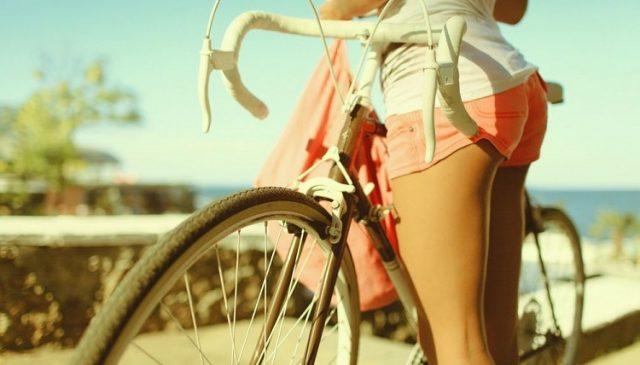 kobieta lubi podróżować na rowerze w słoneczny dzień