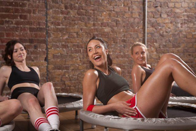 kobiety uprawiające fitness na trampolinie