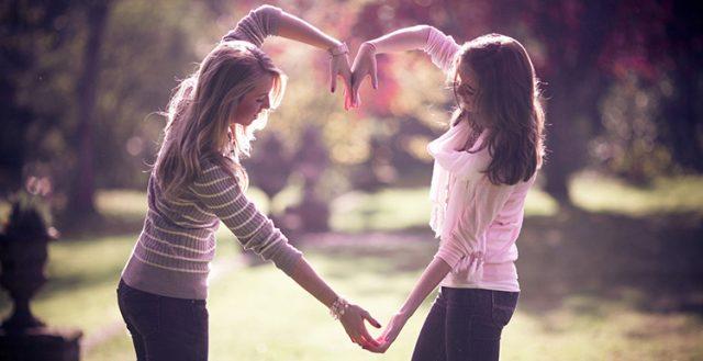 dwie przyjaciółki trzymają się za ręce