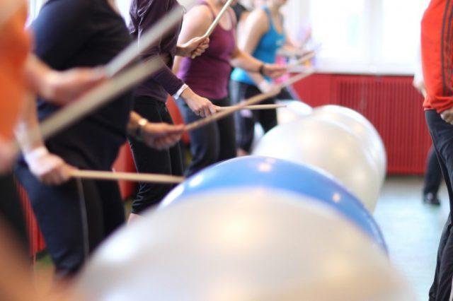 kobiety grające na bembnach