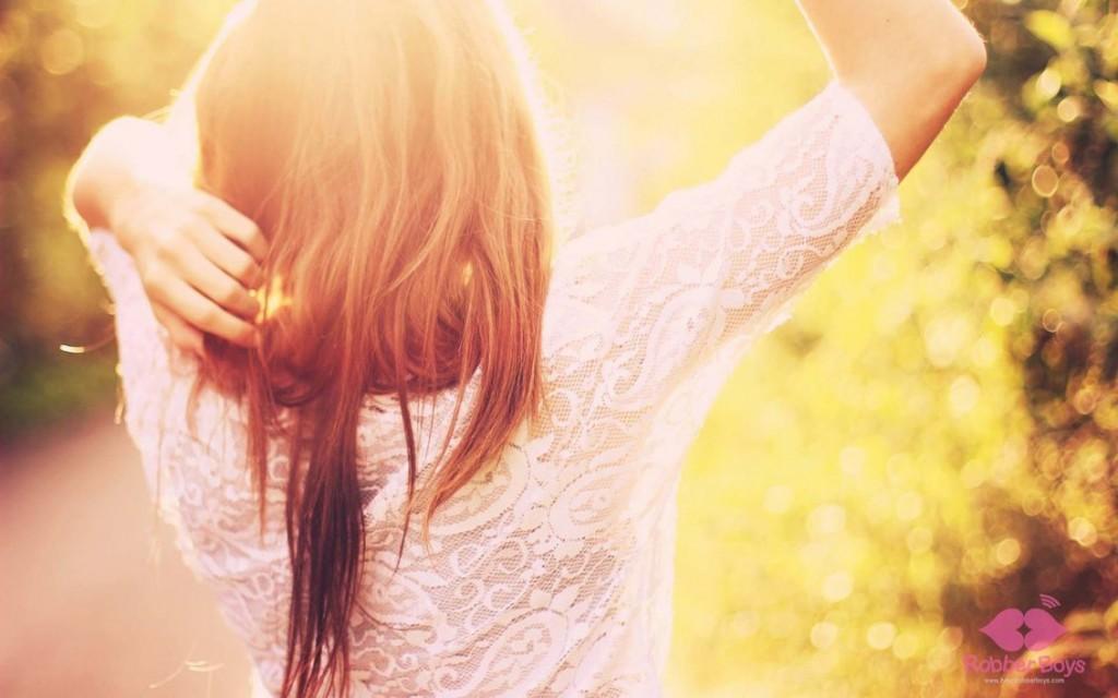 szczęśliwa kobieta w słońcu na droze