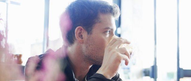 mężczyzna pijący kawę w kawiarni