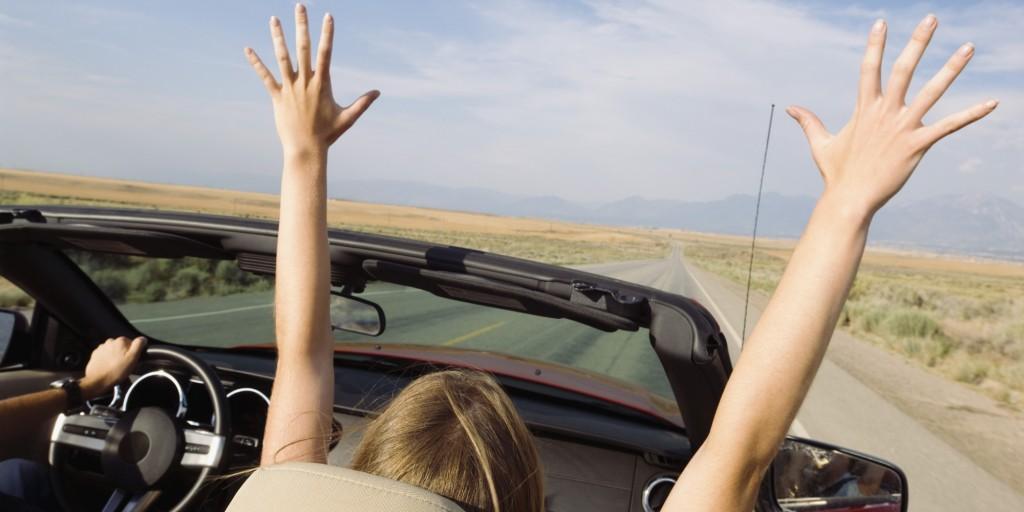kobieta i mężczyzna w samochodzie na drodze wsłońcu szczęsliwi