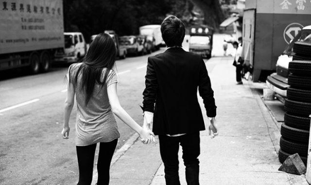 dwójka młodych osób trzymających się za ręce
