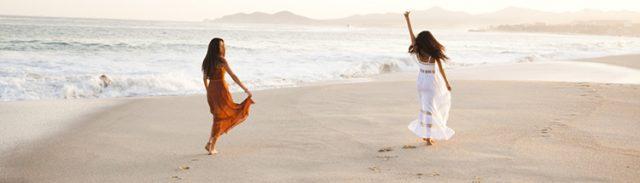 dwiepiękne kobiety na plaży