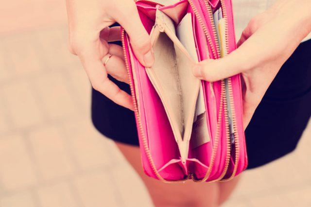 kobieta trzyma różowy portfel