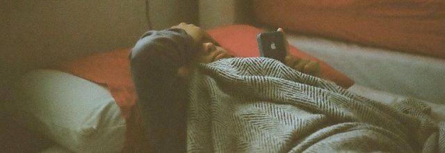 osoba cierpiąca na besseność leży w łóżku