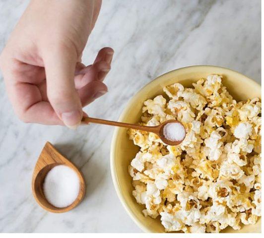 popcorn-z-masłem-z-mikrofali