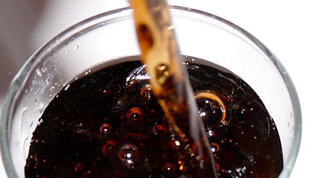 coca-cola-na-kamien-w-czajniku