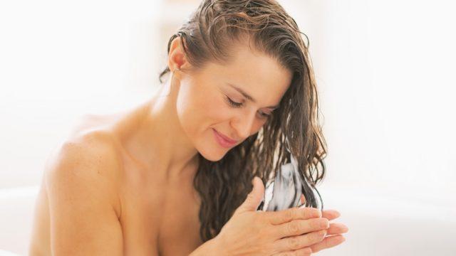 mycie-wlosow-szamponem