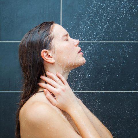 chlodne-prysznice-wspomagaja-odchudzanie