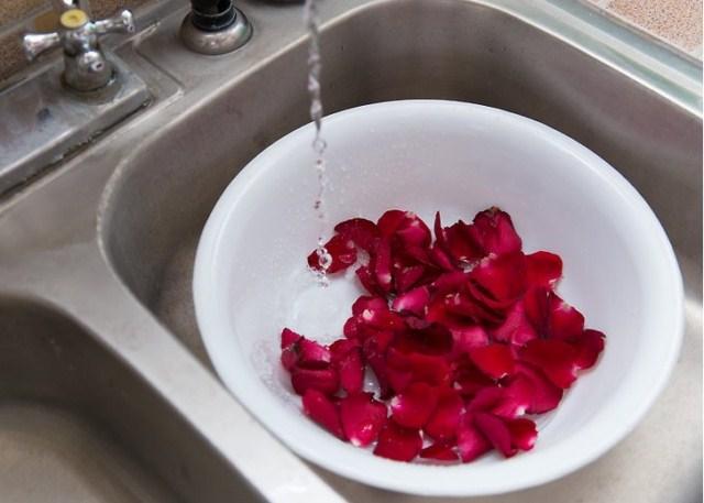woda-rozana-ze-swiezych-platkow-rozy
