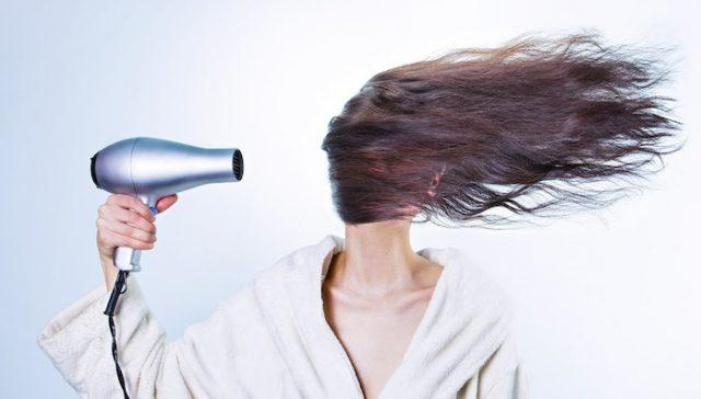suszenie-włosów-bez-suszarki-poradnik