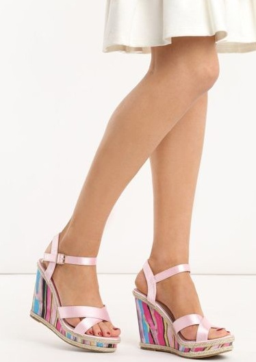 Buty-damskie-sandaly-na-koturnie-rozowe-She