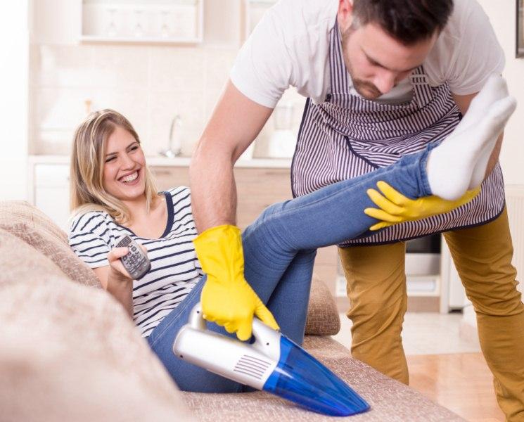 odkurzacz ręczny i sprzątanie kanapy