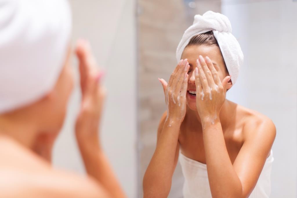 kobieta-myjaca-twarz