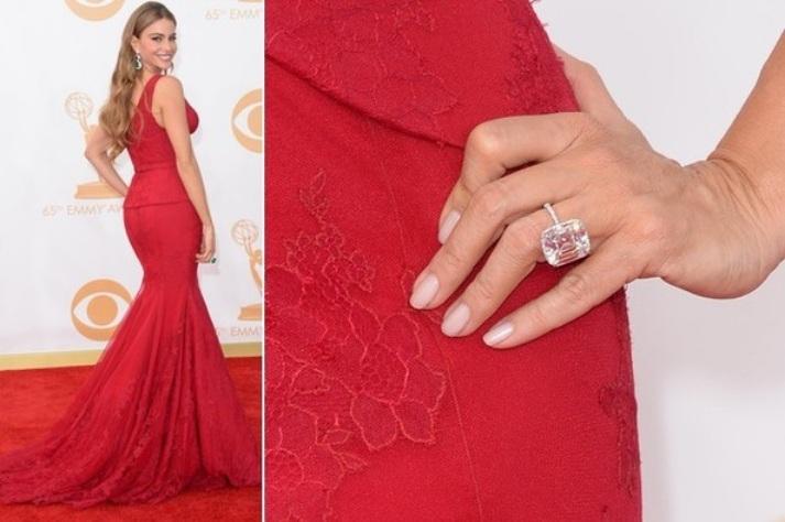paznokcie-nude-czerwona-sukienka