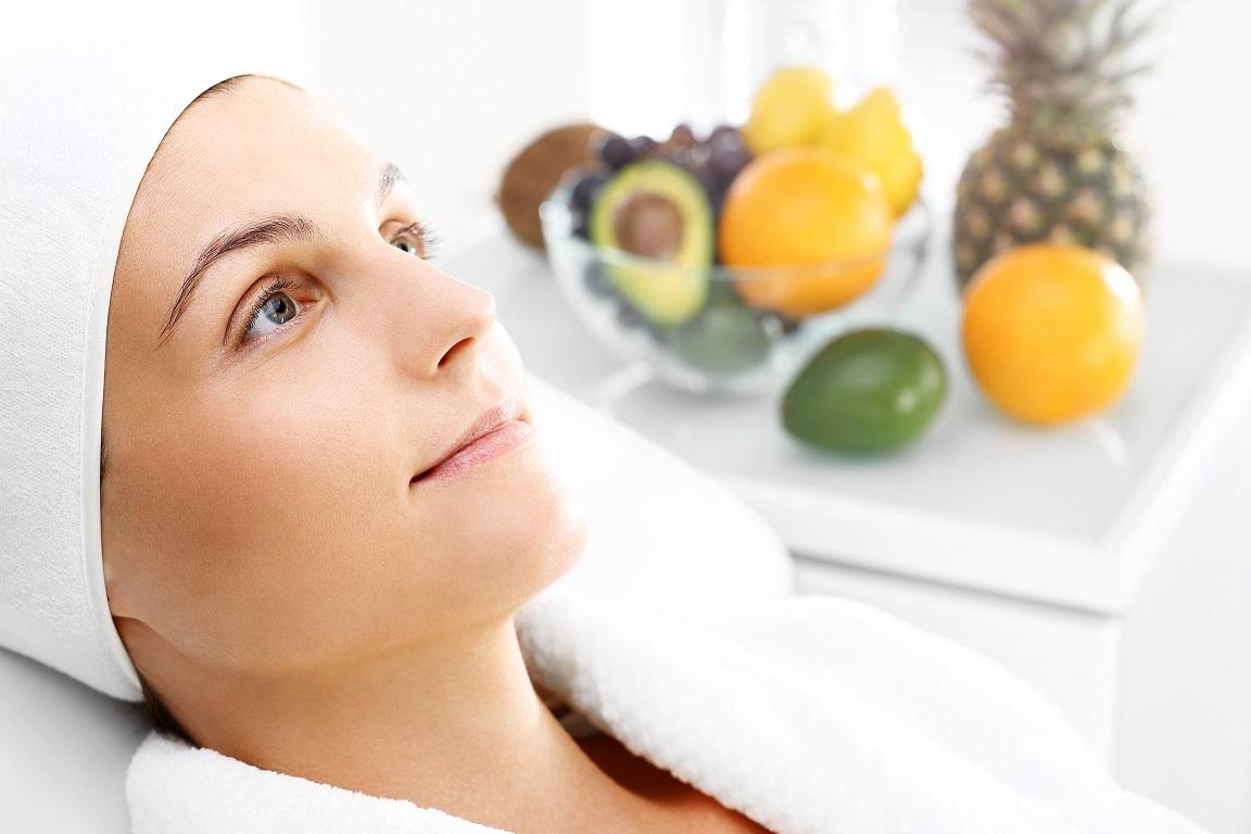 Kuracja kwasami owocowymi, kobieta w salonie kosmetycznym.