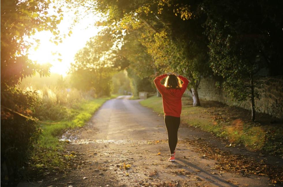 kobieta na spacerze jesienią